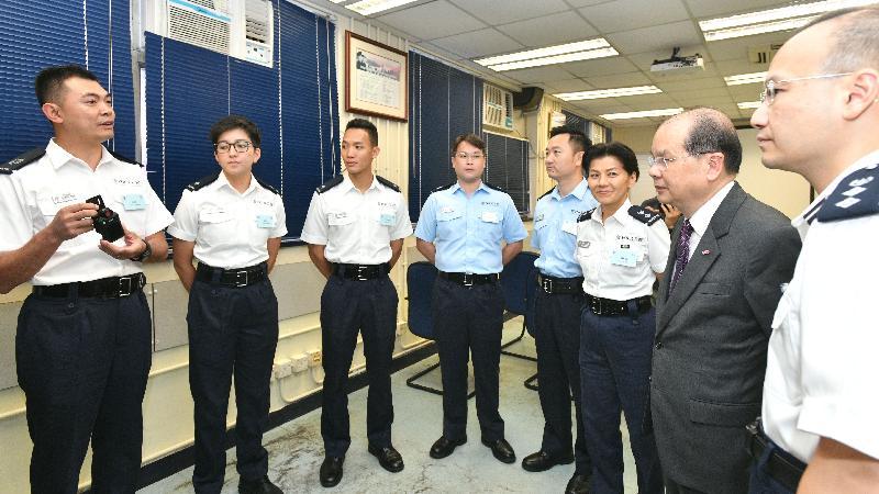 政務司司長張建宗(右二)今日(七月三十一日)到訪深水埗分區警署,並與該區前線警務人員交談。