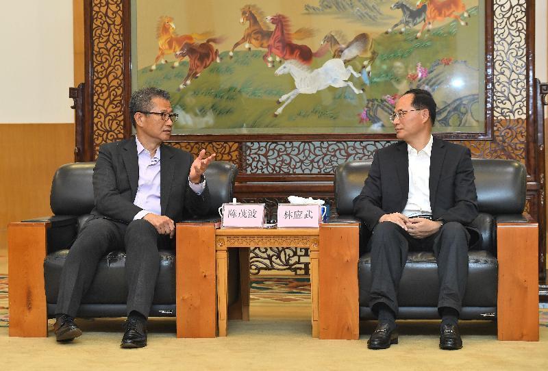 The Financial Secretary, Mr Paul Chan (left), visits Jiangmen today (July 31) and calls on the Secretary of the CPC Jiangmen Municipal Committee, Mr Lin Yingwu.