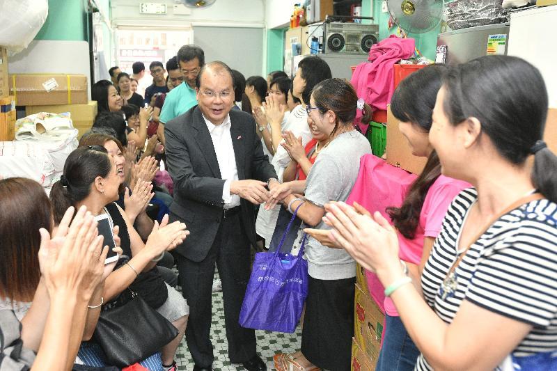 政務司司長張建宗今日(七月三十一日)到訪啓愛共融社區中心(家庭服務中心)。圖示張建宗(中)與受助家庭會面。