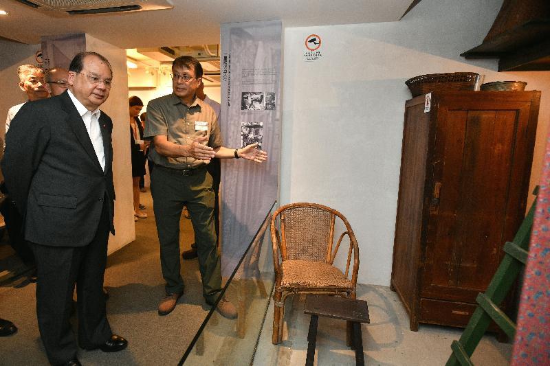政务司司长张建宗(左一)今日(七月三十一日)到访美荷楼生活馆并听取简介。