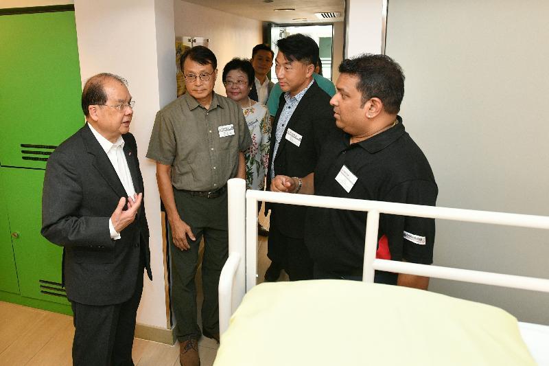 政务司司长张建宗(左一)今日(七月三十一日)参观YHA美荷楼青年旅舍,了解旅舍设施。