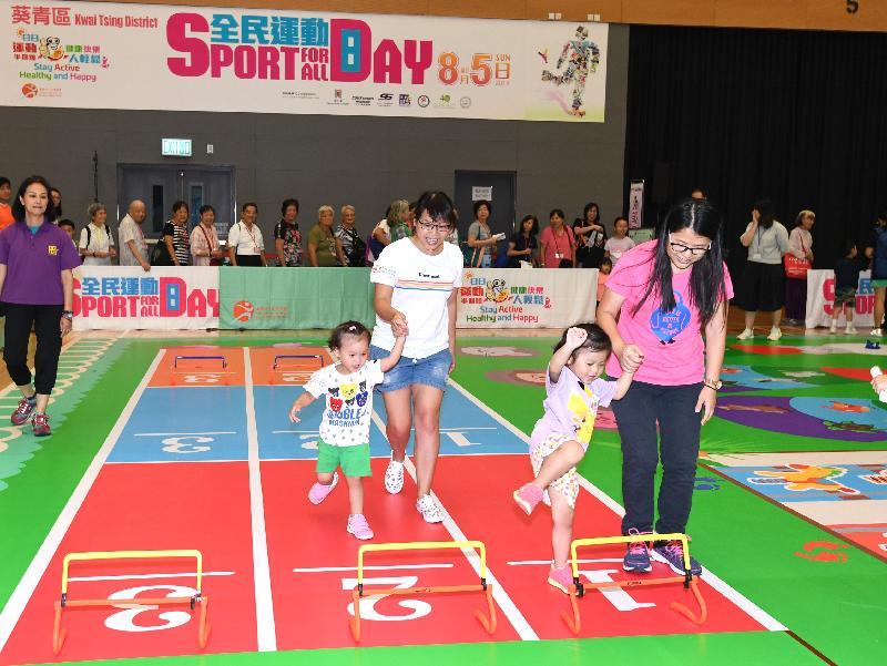 康樂及文化事務署今日(八月五日)舉辦「全民運動日2018」。圖示市民參與親子競技遊戲。