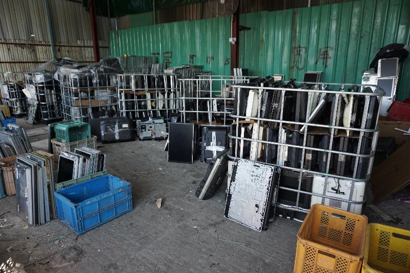 環境保護署今年一月偵破元朗山下村一個回收場非法處置有害電子廢物。行動中發現約六千七百個廢液晶屏及五袋重約一點二噸的廢印刷電路板,總市值約八十萬元。