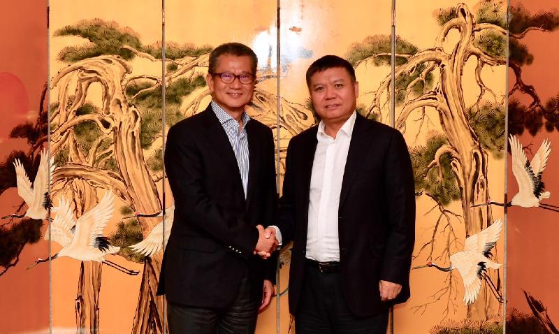 財政司司長陳茂波(左)今日(八月七日)訪問深圳,並與深圳市副市長王立新會面。