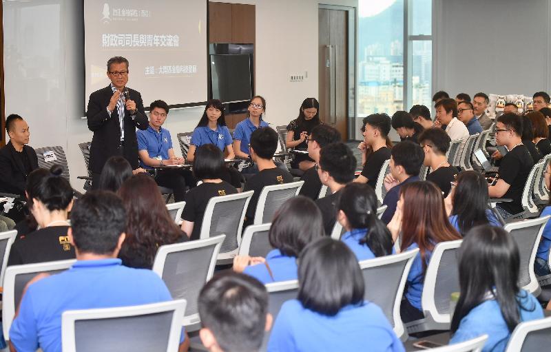 財政司司長陳茂波今日(八月七日)訪問深圳,並到訪騰訊金融學院。圖示陳茂波(左二)與在深圳參與實習計劃的香港青年交流。