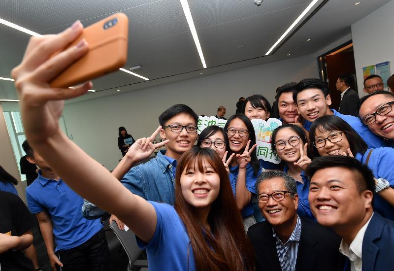 財政司司長陳茂波今日(八月七日)訪問深圳,並到訪騰訊金融學院。圖示陳茂波(前排中)與在深圳參與實習計劃的香港青年合照。