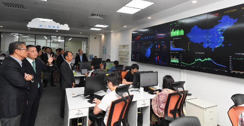 財政司司長陳茂波(左一)今日(八月七日)訪問深圳,並參觀一間由港人創立的金融科技公司。
