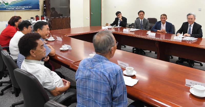 公務員事務局局長羅智光今日(八月八日)到訪離島區。圖示羅智光(右一)在離島區議會主席周玉堂(右二)和離島民政事務專員李炳威(右三)陪同下,與區議員會面,就他們關注的事宜交換意見。