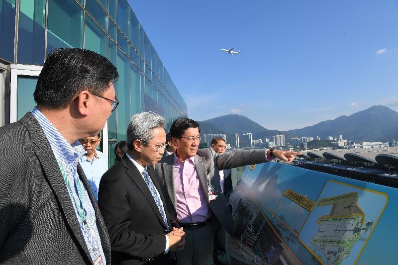 公務員事務局局長羅智光今日(八月八日)到訪離島區。圖示羅智光(左二)在機場行政大樓聽取香港機場管理局行政總裁林天福(左三)簡介香港國際機場三跑道系統及SkyCity航天城項目。