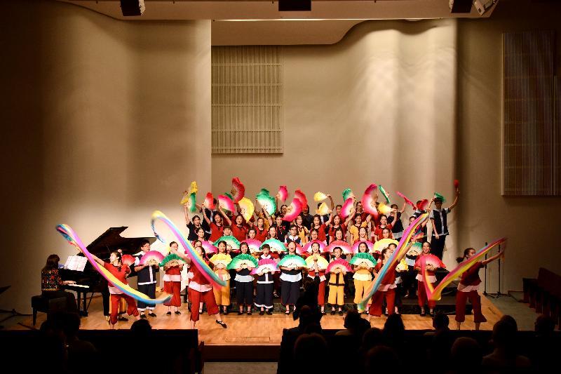 香港駐倫敦經濟貿易辦事處與香港兒童合唱團八月六日(赫爾辛基時間)在芬蘭赫爾辛基的Finlandia音樂廳聯合舉辦一場音樂會,推廣香港多元的藝術和文化生活。圖示香港兒童合唱團團員穿上傳統中國服裝演出。
