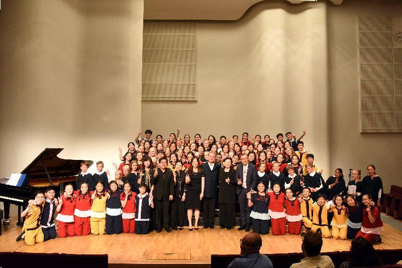 香港駐倫敦經濟貿易辦事處(倫敦經貿辦)與香港兒童合唱團八月六日(赫爾辛基時間)在芬蘭赫爾辛基的Finlandia音樂廳聯合舉辦一場音樂會,推廣香港多元的藝術和文化生活。倫敦經貿辦處長杜潔麗(前排左十一)和香港兒童合唱團、Tapiola兒童合唱團及兩支合唱團的指揮合照。
