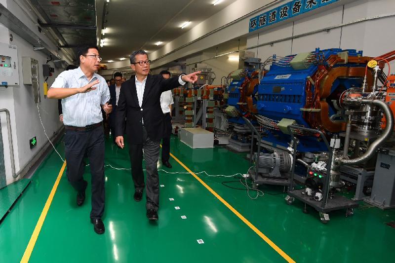 財政司司長陳茂波(右)今日(八月九日)到訪東莞,並參觀中國「散裂中子源」基地的設施。