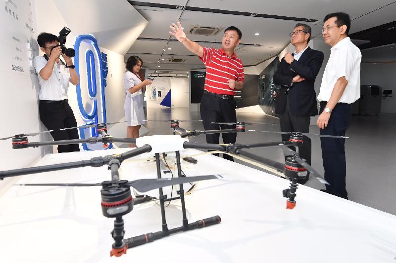 財政司司長陳茂波(右二)今日(八月九日)訪問東莞,並參觀松山湖國際機器人產業基地。