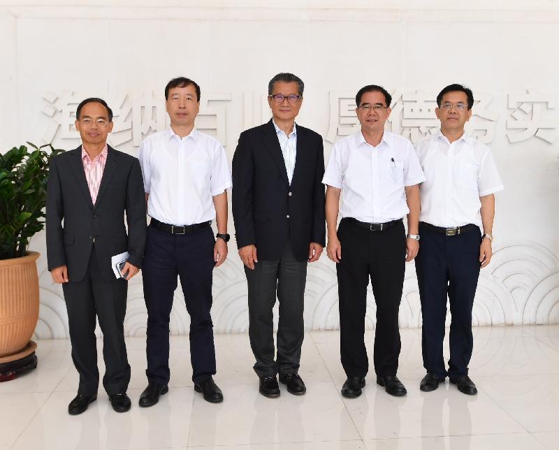 財政司司長陳茂波(中)今日(八月九日)訪問東莞,並與東莞市委書記梁維東(右二)、東莞市市長肖亞非(左二)及香港特別行政區政府駐粵經濟貿易辦事處主任鄧家禧(左一)合照。