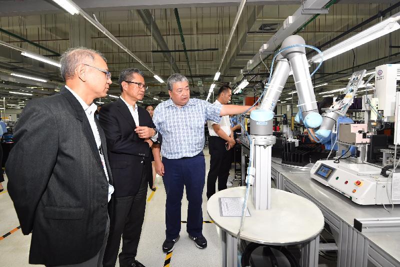 財政司司長陳茂波(左二)今日(八月九日)訪問東莞,並參觀一間港資電子產品公司。