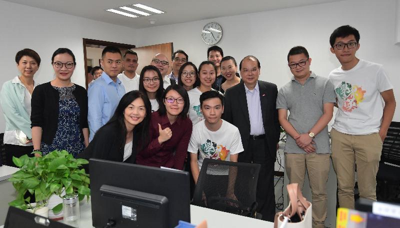 政務司司長兼青年發展委員會主席張建宗、民政事務局局長劉江華連同青年發展委員會委員今日(八月十日)到訪深圳。圖示張建宗(第二排右三)與委員參觀前海一家新媒體公司,並與香港實習生合照。