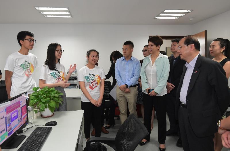 政務司司長兼青年發展委員會主席張建宗、民政事務局局長劉江華連同青年發展委員會委員今日(八月十日)到訪深圳。圖示張建宗(右一)與委員參觀前海一家新媒體公司,並聽取香港實習生介紹實習工作。