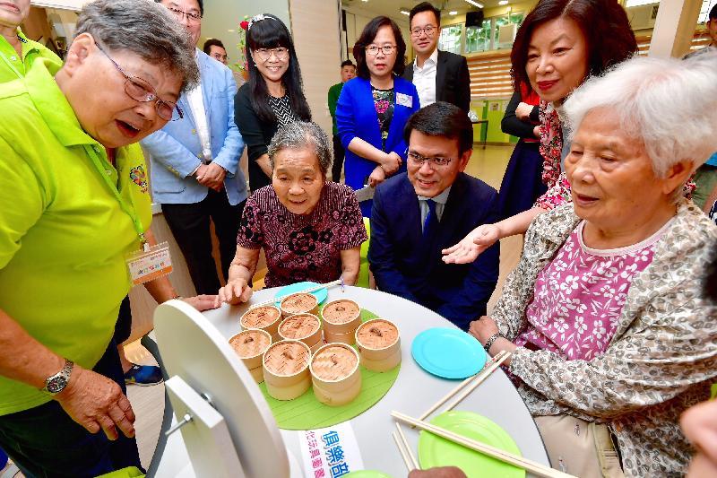 商務及經濟發展局局長邱騰華(右三)今日(八月十日)到訪黃大仙區,其間到訪香港路德會采頤長者中心,並與長者傾談。