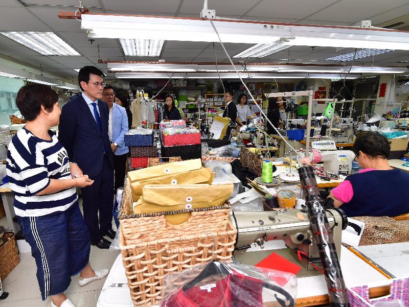 商務及經濟發展局局長邱騰華(左二)今日(八月十日)到訪黃大仙區,其間前往樂群社會服務處旗下的社會企業「千色服式」,並參觀製衣工場,了解其營運模式。