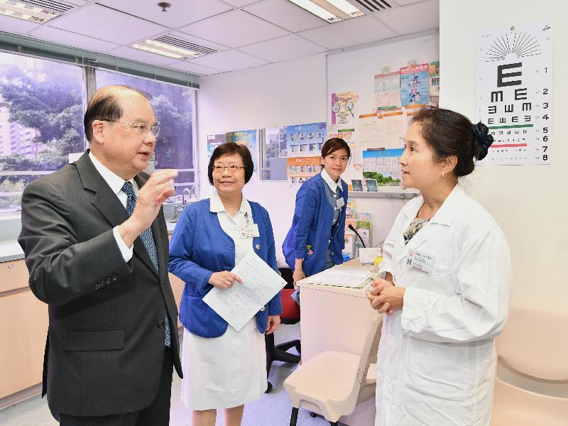 政务司司长张建宗(左一)今日(八月十四日)到访湾仔长者健康中心,了解中心为长者提供的健康评估服务。