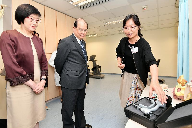 政务司司长张建宗(中)今日(八月十四日)在卫生署署长陈汉仪医生(左)陪同下到访湾仔长者健康中心,了解中心为长者提供的物理治疗服务。