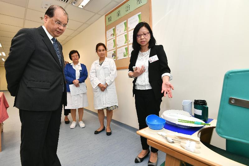 政务司司长张建宗(左一)今日(八月十四日)到访湾仔长者健康中心,了解中心为长者提供的职业治疗服务。