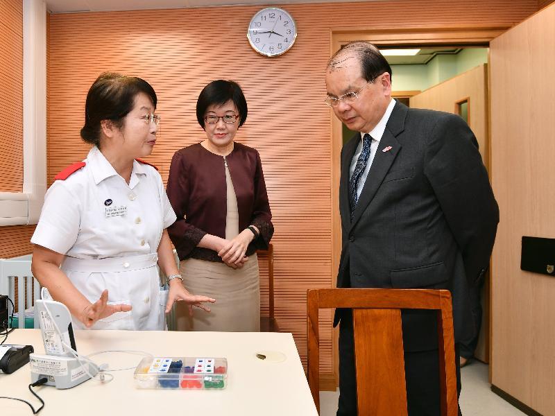 政务司司长张建宗今日(八月十四日)到访邓志昂母婴健康院。图示张建宗(右)在卫生署署长陈汉仪医生(中)陪同下与前线人员交流,了解母婴健康院为初生婴儿提供的听力普查服务。