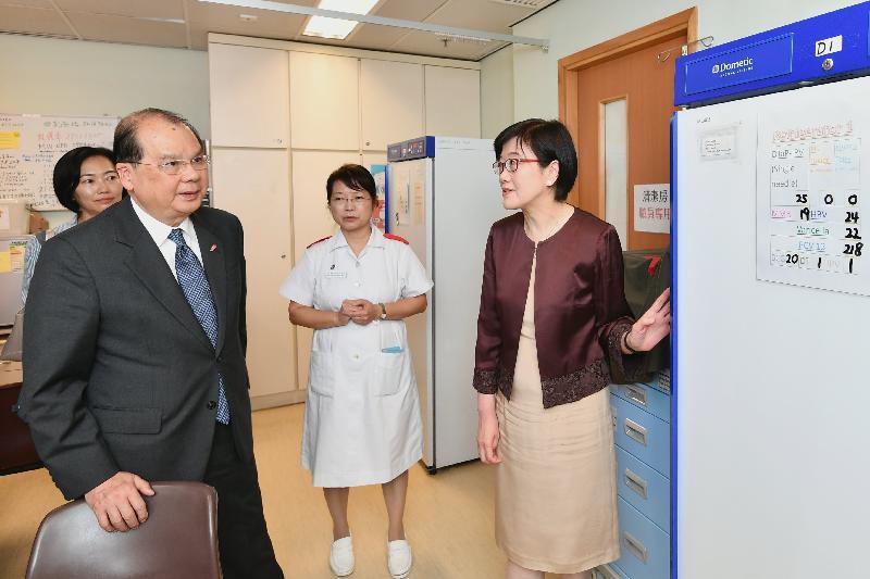 政务司司长张建宗今日(八月十四日)到访邓志昂母婴健康院。图示张建宗(前排左)在卫生署署长陈汉仪医生(前排右)陪同下,了解母婴健康院的运作。