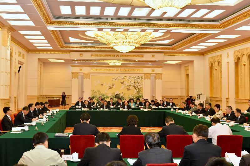 行政長官林鄭月娥(右三)今日(八月十五日)在北京以成員身分出席國務院副總理韓正(左三)主持召開的粵港澳大灣區建設領導小組第一次全體會議。