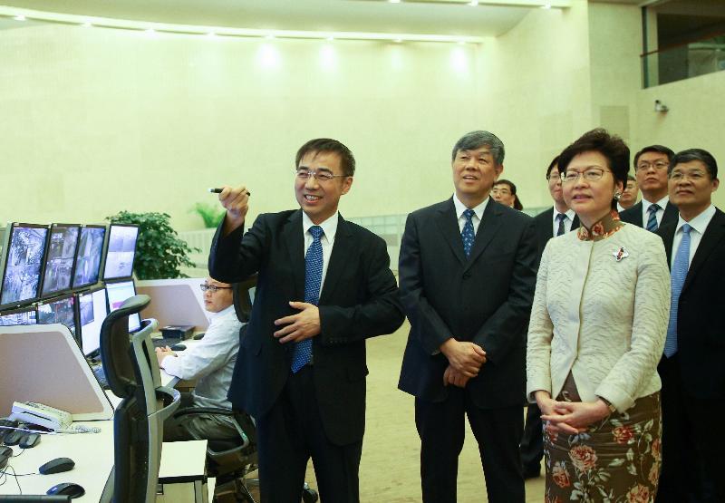 行政長官林鄭月娥今日(八月十五日)傍晚在北京到訪中國鐵路總公司,圖示林鄭月娥(左三)在中國鐵路總公司總經理陸東福(左二)的陪同下參觀調度指揮中心。