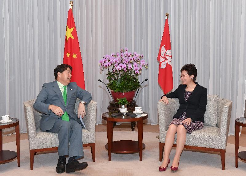 行政長官林鄭月娥(右)今日(八月十六日)下午在行政長官辦公室與日本文部科學大臣林芳正(左)會面。