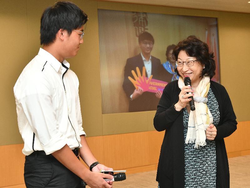 律政司司長鄭若驊資深大律師(右)今日(八月十六日)與她的「工作影子」分享參加「與司局長同行」計劃的感受。
