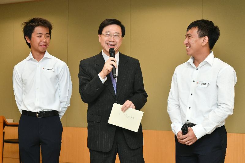 保安局局長李家超(中)今日(八月十六日)與他的「工作影子」分享參加「與司局長同行」計劃的感受。