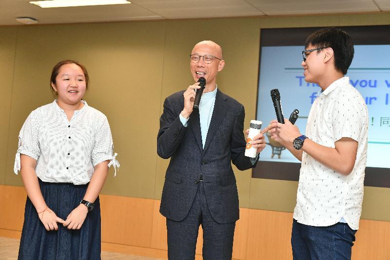 環境局局長黃錦星(中)今日(八月十六日)與他的「工作影子」分享參加「與司局長同行」計劃的感受。