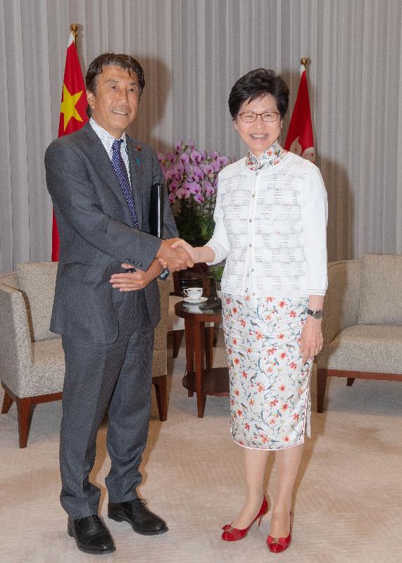 行政長官林鄭月娥(右)今日(八月十七日)上午在行政長官辦公室與日本農林水產大臣齋藤健(左)會面。