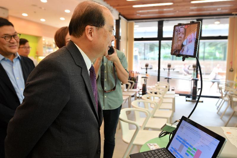 政務司司長張建宗(左二)今日(八月十七日)在中西區區議會主席葉永成(左一)陪同下到訪香港聖公會西環長者綜合服務中心,並了解中心設施。