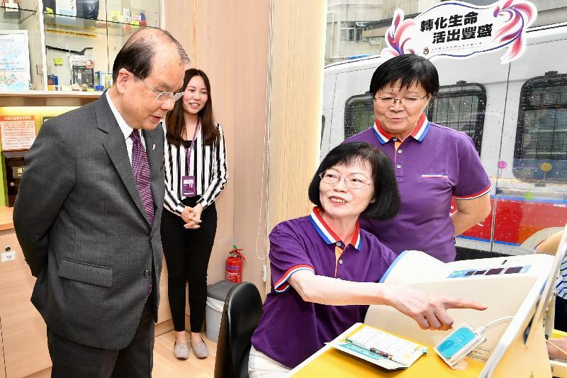 政務司司長張建宗(左一)今日(八月十七日)到訪香港聖公會西環長者綜合服務中心,了解中心為中西區長者提供的服務。