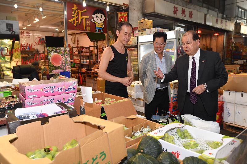 政務司司長張建宗(右一)今日(八月十七日)探訪西區副食品批發市場的商戶。