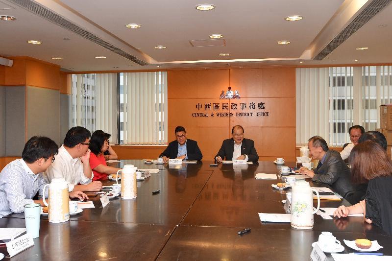 政務司司長張建宗(後排右)今日(八月十七日)與中西區區議會主席葉永成(後排左)及區議員會面,細心聆聽他們就區內發展及社區關注議題的意見。
