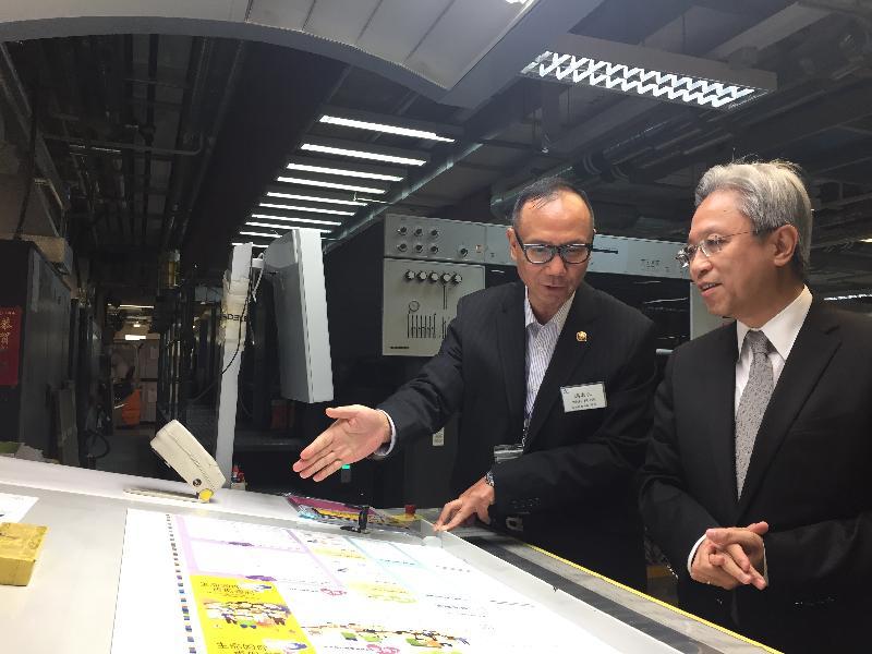 公務員事務局局長羅智光今日(八月二十日)到訪政府物流服務署。圖示羅智光(右)參觀印務科印刷小組時,聆聽同事介紹由五色柯式印刷機印製的印張的品質。