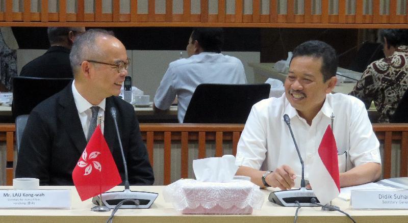 民政事務局局長劉江華(左)今日(八月二十日)在印尼雅加達與印尼教育及文化部秘書長Didik Suhardi博士(右)會面。