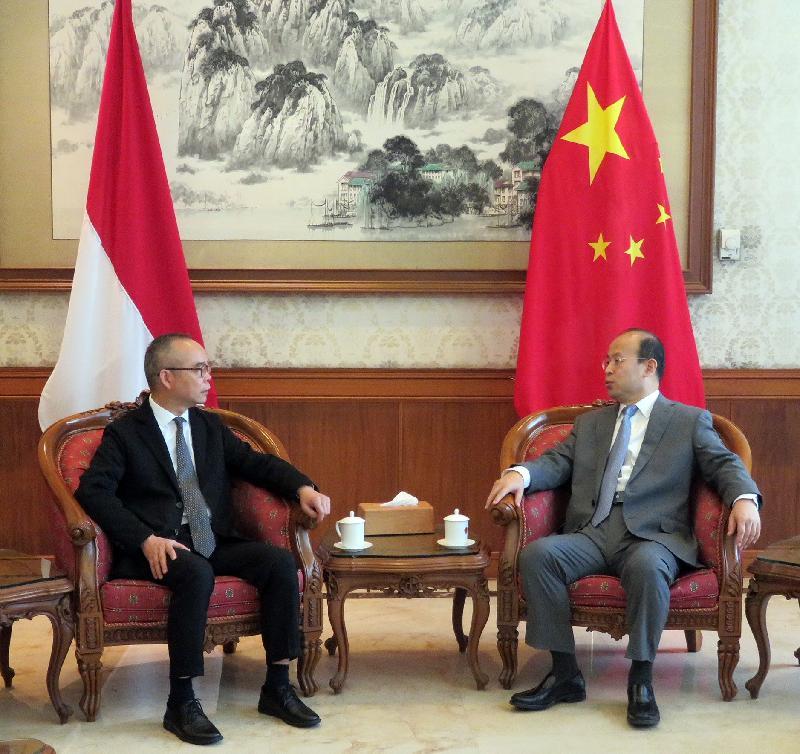 民政事務局局長劉江華(左)今日(八月二十日)拜會中國駐印尼大使肖千(右),了解國家在印尼的最新發展。