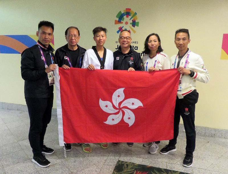 民政事務局局長劉江華(右三)今日(八月二十日)在印尼雅加達觀看亞洲運動會跆拳道賽事,為香港健兒打氣。