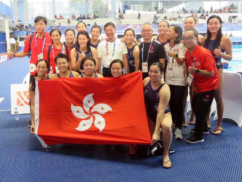 民政事務局局長劉江華(第二排右三)今日(八月二十日)在印尼雅加達觀看亞洲運動會中,香港對日本的女子水球比賽。圖示劉江華與香港女子水球隊於賽後合照。