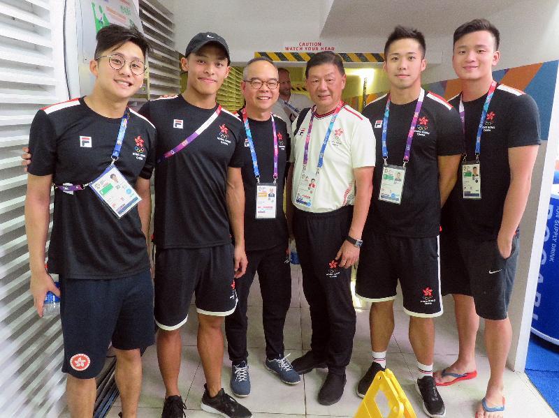 民政事務局局長劉江華(左三)今日(八月二十日)在印尼雅加達觀看數項香港運動員參與的亞洲運動會賽事。圖示劉江華與香港游泳代表隊成員合照。
