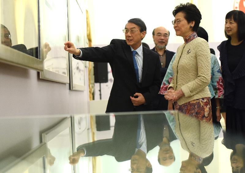 行政長官林鄭月娥(右二)今日(八月二十二日)出席吳冠中作品捐贈儀式,並參觀吳冠中藏品。