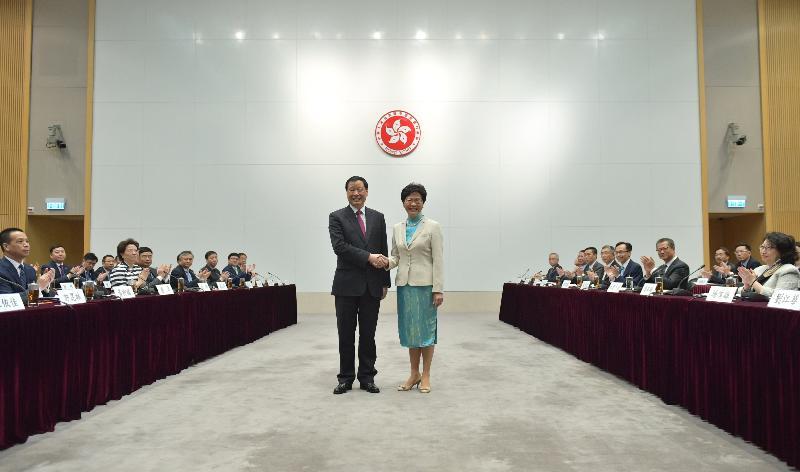 行政長官林鄭月娥今日(八月二十四日)率領香港特別行政區政府代表團在政府總部出席滬港合作會議第四次會議。圖示林鄭月娥與上海市市長應勇(左)在會議前握手。