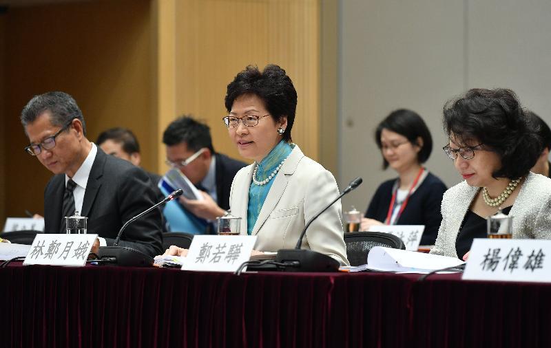 行政長官林鄭月娥(中)今日(八月二十四日)率領香港特別行政區政府代表團在政府總部出席滬港合作會議第四次會議,並在會議上作開場發言。