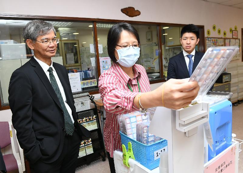 勞工及福利局局長羅致光博士今日(八月二十八日)中午到訪志蓮護理安老院和志蓮日間護理中心探訪長者。圖示羅致光博士(左)觀看該院人員示範使用電子化派藥系統。