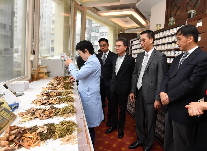 教育局局長楊潤雄(右二)今日(八月二十八日)參觀香港浸會大學中醫藥學院——雷生春堂的藥房。